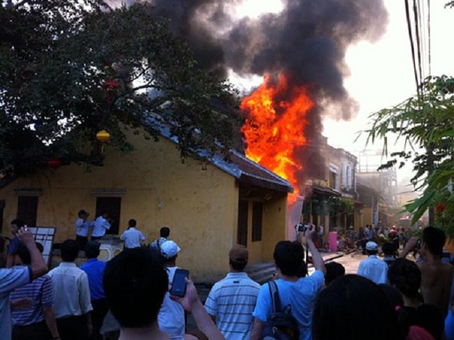 Cột khói hàng chục mét bốc lên từ căn nhà bị hỏa hoạn trong khu phố cổ Hội An. (Ảnh: Internet)