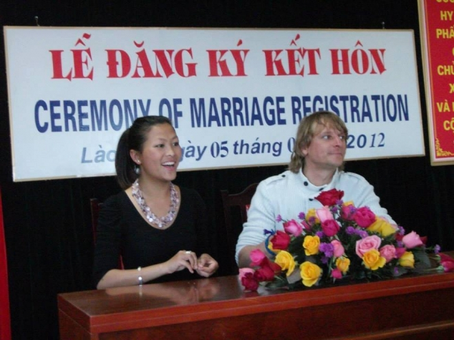co-be-hmong-noi-tieng-anh-nhu-gio-gio-da-lay-chong-bi-o-troi-tay-14-171012