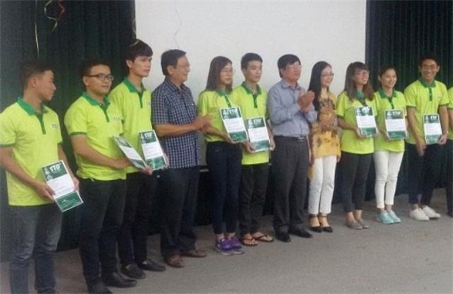Nhóm bạn trẻ của STDe được trao tặng chứng chỉ về ý tưởng đột phá du lịch miền Trung