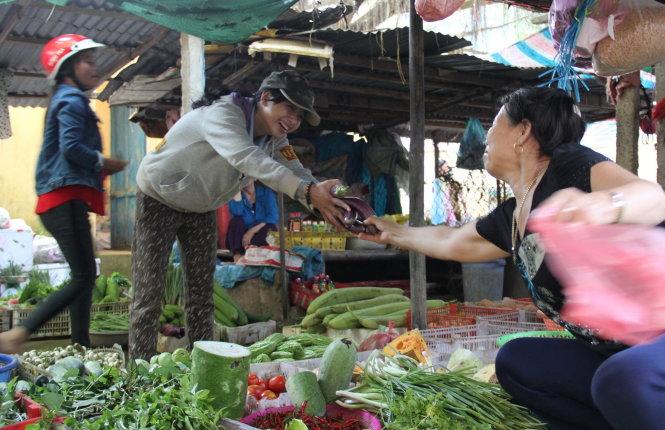 Tiểu thương trong chợ rất thương và quý Phương vì một tay nuôi ba người em.