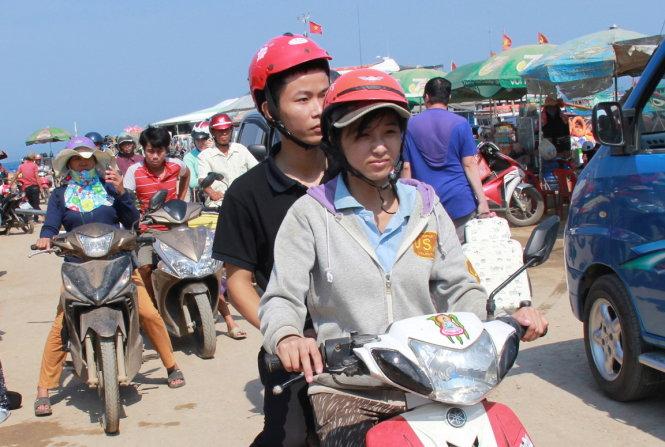 Phương làm xe ôm chở khách du lịch đến đảo Lý Sơn.