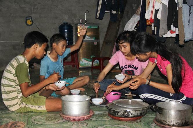 Bữa cơm là thời gian Phương như người mẹ, người cha nghe các em nói đủ chuyện, rồi giải thích cho từng đứa.