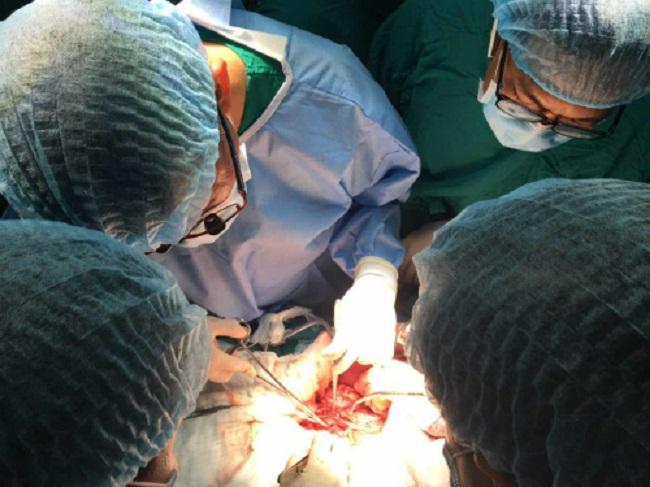Các bác sĩ Bệnh viện Chợ Rẫy thực hiện phẫu thuật.