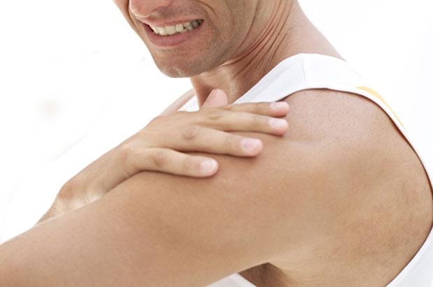Nốt ruồi ở cánh tay trái của đàn ông