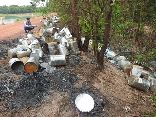 Cả trăm thùng hóa chất độc hại bất ngờ xuất hiện ven bờ kênh sau một đêm..2