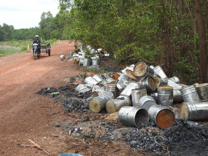 Cả trăm thùng hóa chất độc hại bất ngờ xuất hiện ven bờ kênh sau một đêm.1