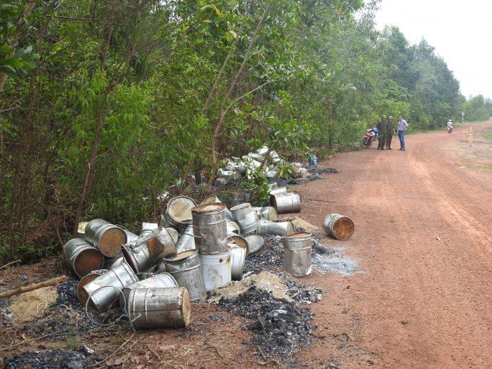 Cả trăm thùng hóa chất độc hại bất ngờ xuất hiện ven bờ kênh sau một đêm..3