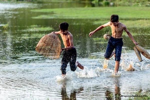 Mùa hè của mấy đứa trẻ quê không bon chen phố xá hay học thêm, chúng chỉ quẩn quanh ruộng đồng, con cá, con tôm.