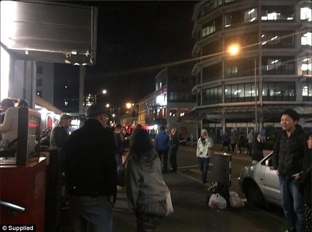 Tại thành phố Wellington, nhiều người đã đổ ra đường để tìm nơi trú ẩn an toàn. (Ảnh: Daily Mail)