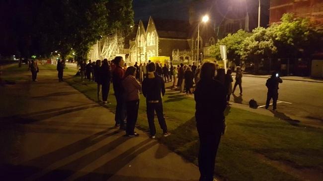 Các cư dân thành phố Christchurch tỉnh giấc và ngay lập tức được sơ tán sau trận động đất vào sáng sớm. Nhiều người lên mạng chia sẻ rằng mình đã an toàn và đang tập trung trên đường phố để theo dõi tình hình. (Ảnh: Twitter)