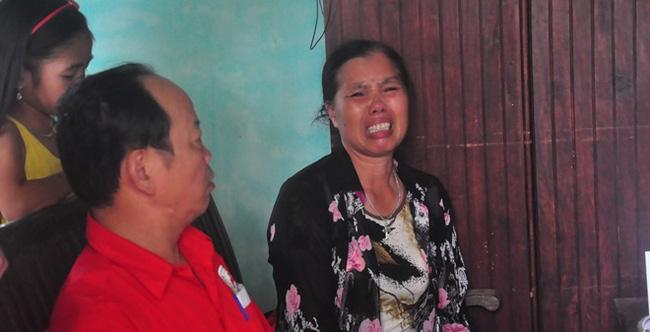 Bà Lương Thị Sinh, chị gái bà Lương Thị Năm (một nạn nhân bị lan can nhà ông Đúng đè trọng thương) khóc lớn kể lại lúc nhận tin em gái gặp nạn.