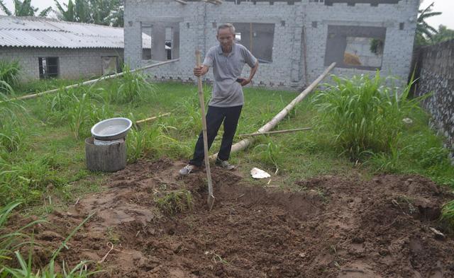 Trong hai ngày qua cá lồng của gia đình ông Thanh đã chết hơn 1 tấn. Cá chết ông vớt mang về đào hố chôn trong vườn để không gây ô nhiễm môi trường.