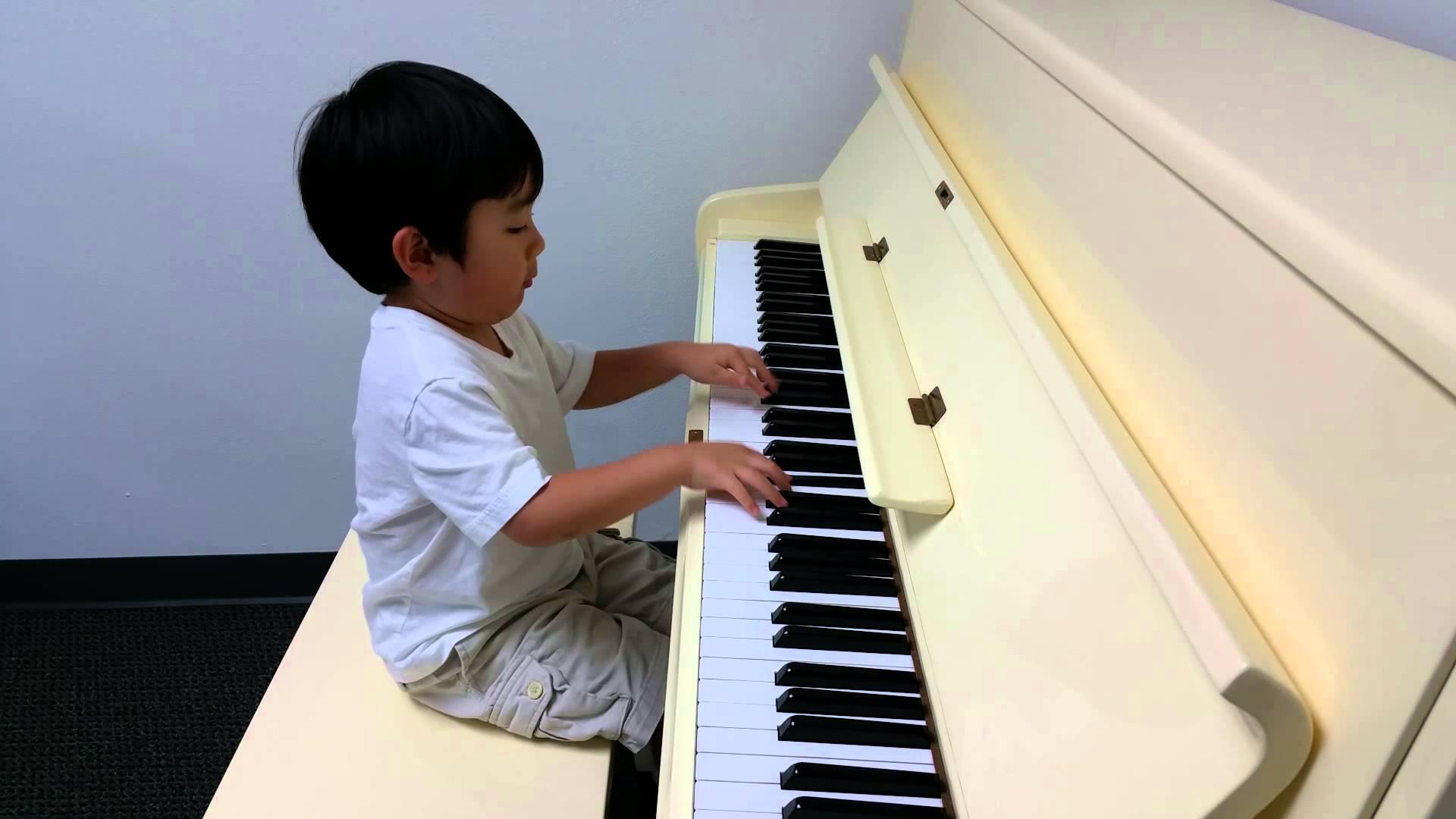 """Cậu bé nổi lên như một thần đồng piano tháng 7/2015, khi tham gia cuộc thi tài năng VStar Kids dành cho trẻ em người Việt ở Mỹ với những bản nhạc nổi tiếng như """"Hoài cảm"""", """"Rondo Alla Tura"""" hay """"Asturias"""". Khi đó, dù mới học đàn được bảy tháng, thí sinh nhỏ tuổi nhất cuộc thi đã chinh phục ban giám khảo và mang về giải ba chung cuộc."""