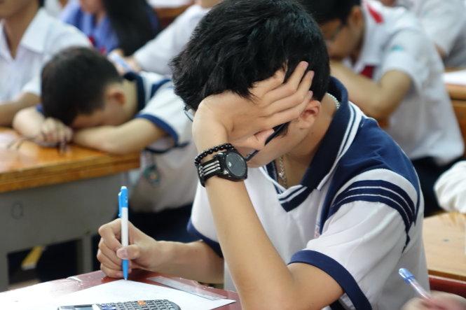 Cảnh tượng học sinh mệt mỏi ngủ gục trong lớp không hề xa lạ tại nhiều trường học - Ảnh: Như Hùng