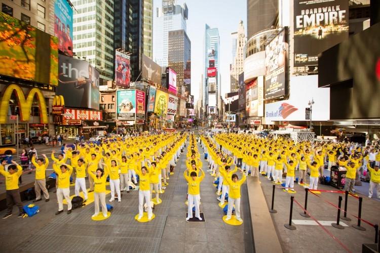 Một buổi luyện công tập thể của các học viên Pháp Luân Công ở New York - Mỹ