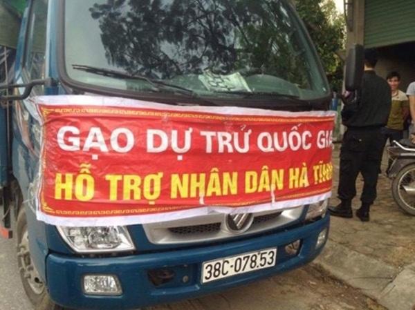 Chiếc xe bị phát hiện khi đang hạ tải nhập gạo cho tư thương.