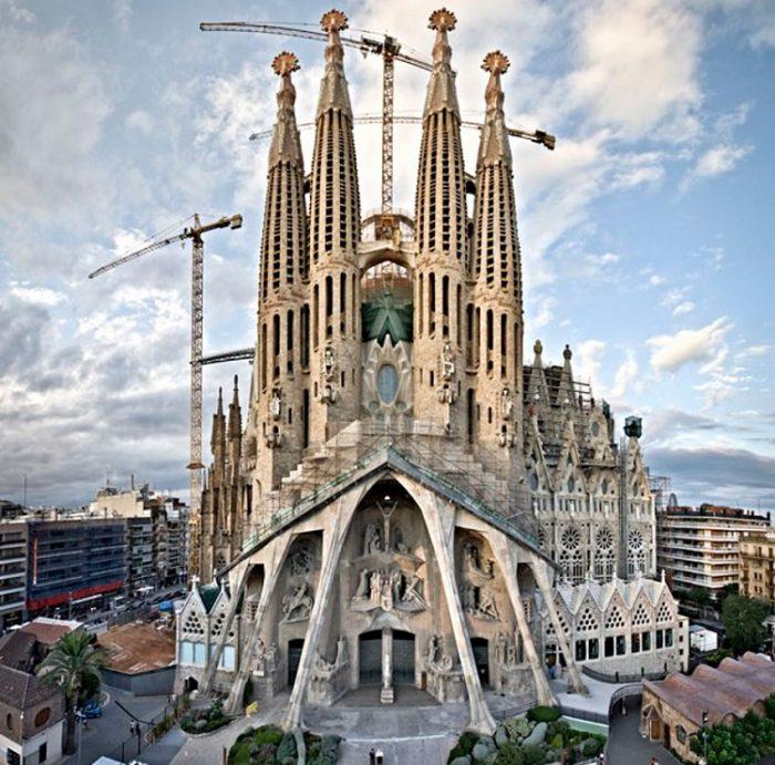 Bắt đầu thi công từ 1882 nhưng đến nay công trình khổng lồ này vẫn chưa xây xong.1