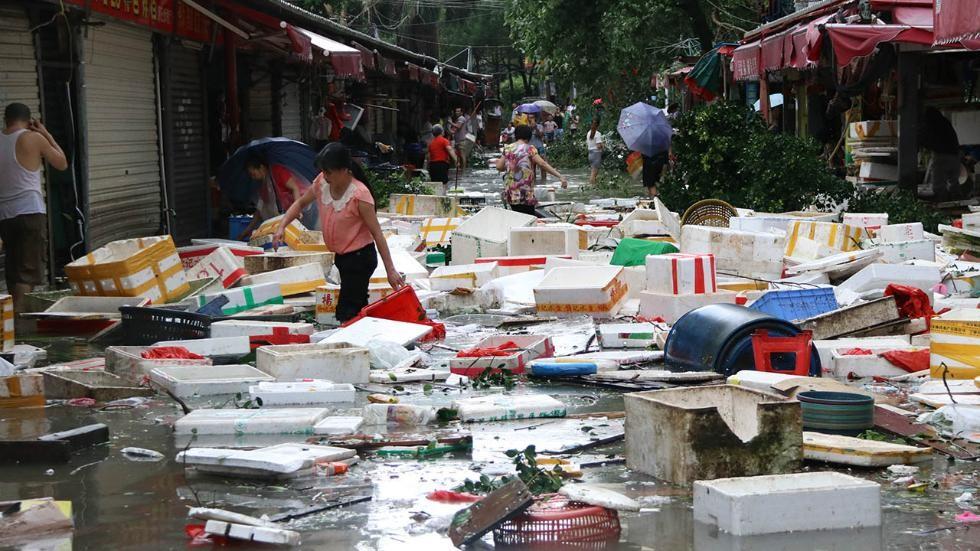 Người dân ở thành phố Hạ Môn, Phúc Kiến dọn dẹp một con đường ngập nước sau khi cơn bão quét qua. Đến cuối ngày 28/9, bão sẽ di chuyển về phía tây bắc và suy yếu dần.( Ảnh: AFP)