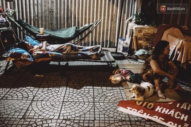 Cô Liên đành phải ngủ tạm trên vỉa hè vì không đủ tiền thuê phòng trọ. (Ảnh: Kênh 14)
