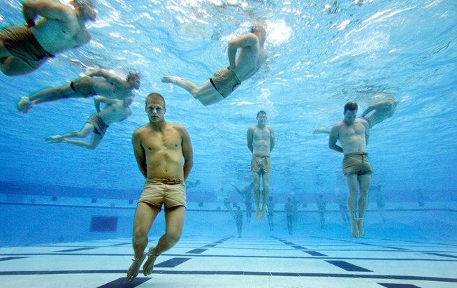 Lính SEAL luyện tập mở còng tay dưới nước - một bài kiểm tra vô cùng nguy hiểm