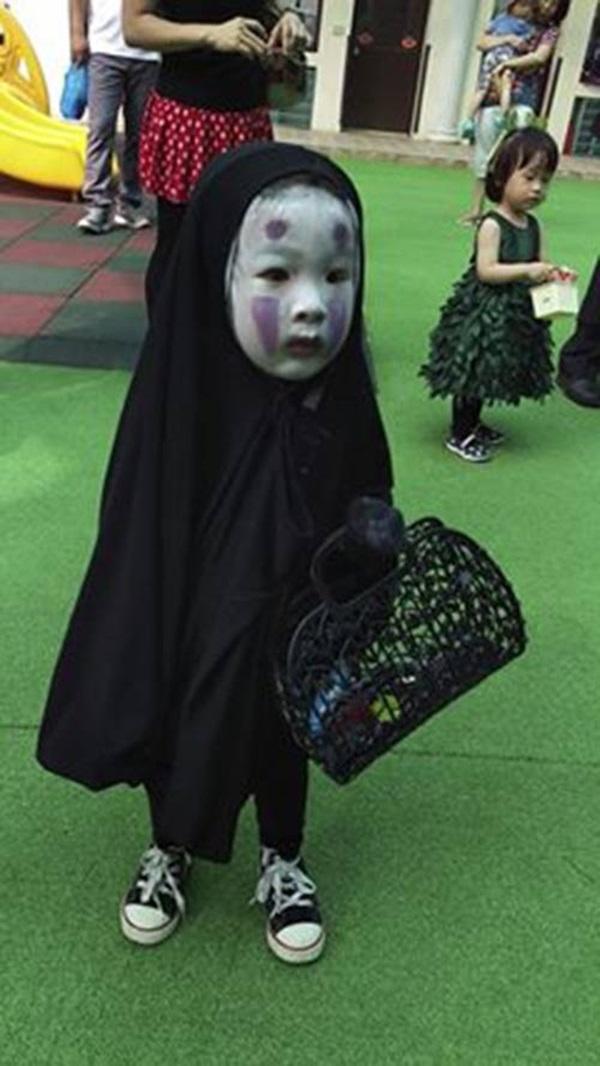 """Cô bé có màn hóa trang Halloween """"chất"""" nhất khối mẫu giáo được cộng đồng mạng yêu thích."""