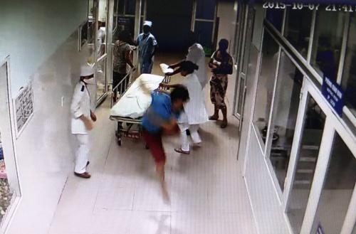 Thấy bố to tiếng với bác sĩ Tuấn, Bình nhảy khỏi cáng, lao tới hành hung bác sĩ. Ảnh: Trích từ video clip do camera an ninh của bệnh viện ghi lại