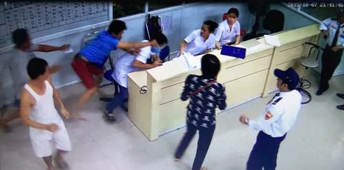 Đỗ Văn Bình đánh bác sĩ ngay tại Khoa Cấp cứu. Ảnh: Trích từ video clip do camera an ninh của bệnh viện ghi lại.