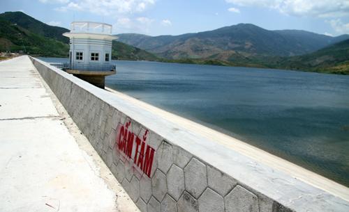 """Xung quanh bờ đê hồ nước, nơi các nữ sinh gặp nạn có nhiều biển """"cấm tắm""""."""