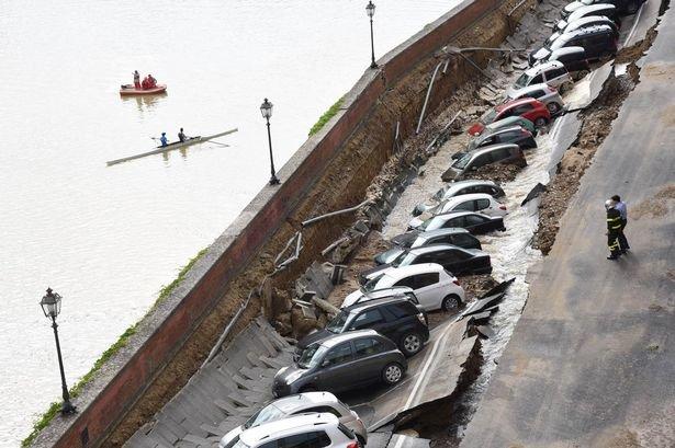 Cả một đoạn đường dài bị sụp xuống kéo theo hàng chục ôtô. (Ảnh: Getty)