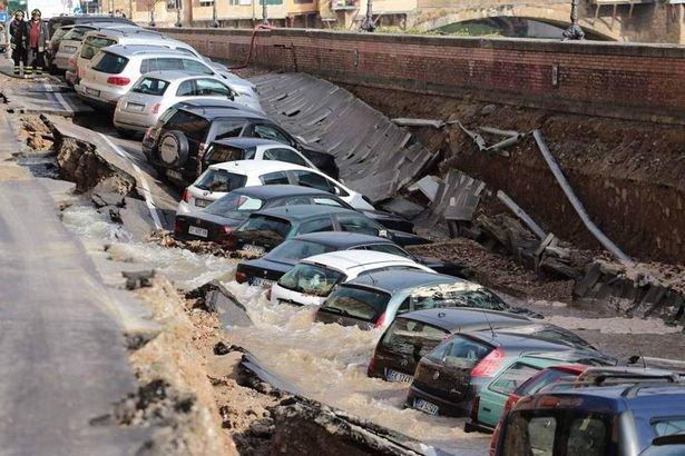 Không ai bị thương nhưng nhiều xe bị hư hại. (Ảnh: Barcroft Media)
