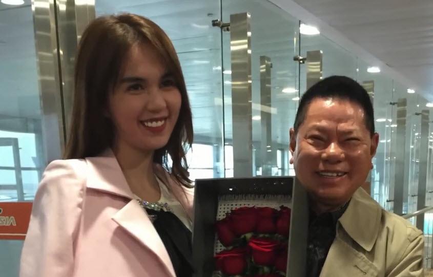 Tỷ phú Hoàng Kiều đã cầm hộp hoa hồngra tận sân bay ở Thượng Hảiđể đón Ngọc Trinh và ôm eo cô rất tình tứ.