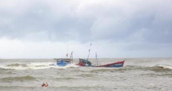 Hai tàu cá của ngư dân Nghĩa An (Quảng Ngãi) bị mắc cạn và sóng đánh chìm. Ảnh: Báo Quảng Ngãi