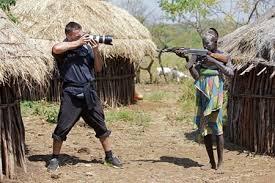 Cuộc đối đầu kỳ lạ : máy ảnh và họng súng