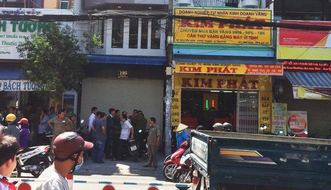 Lực lượng chức năng có mặt tại tiệm vàng Kim Phát