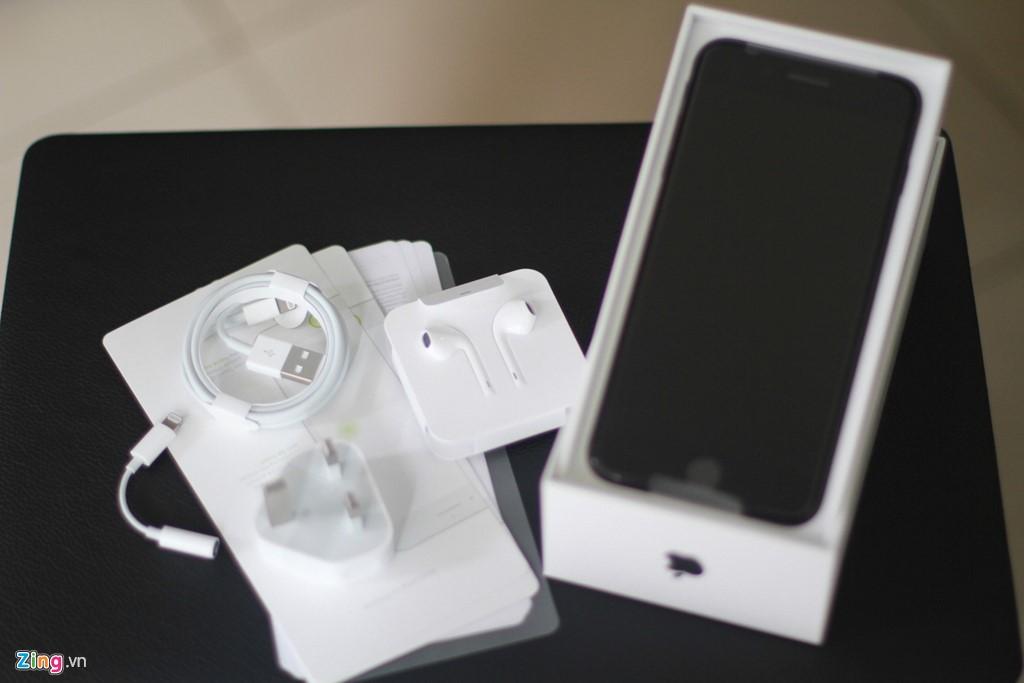 Phụ kiện và cách đóng gói model này tương tự iPhone 7. Theo đó, người dùng vẫn có cổng sạc, cáp Lightning, tai nghe và giắc chuyển 3,5 mm sang cổng Lightning.