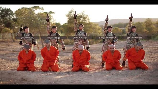 5 đứa trẻ chuẩn bị tiến hành hành quyết các tù nhân người Kurd. (Ảnh: Heavy.com)