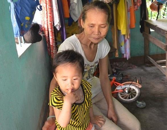 Người chồng bỏ đi biệt xứ, niềm vui của bà là đứa cháu ngoại. (Ảnh: Soha)