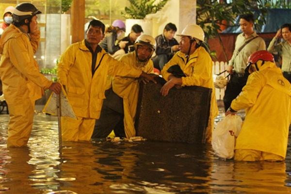 Đội cứu hộ khẩn trương che chắn, báo hiệu cho các phương tiện giao thông
