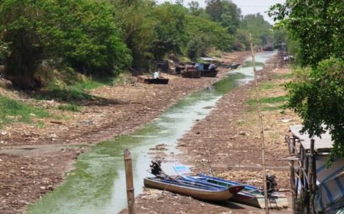 Sông rạch vùng ngọt huyện Trần Văn Thời đã phơi đáy, giao thông đường thủy tê liệt nhiều tháng qua.