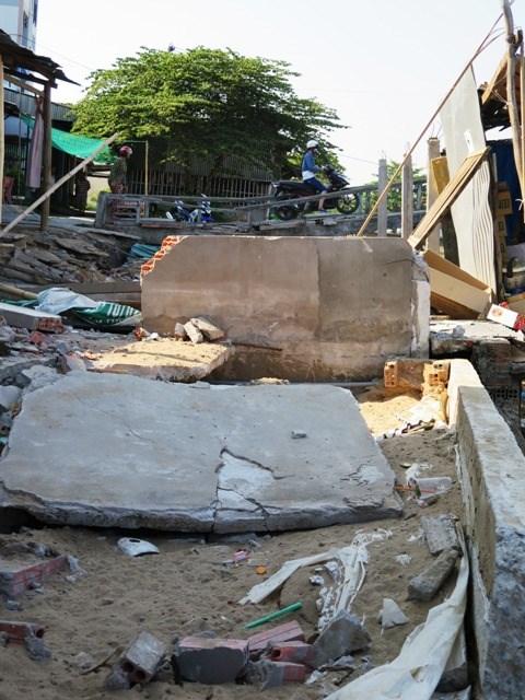 Nhà cửa, công trình dân dụng bị phá hủy do sụp đất tại Chợ xã Khánh Hải.