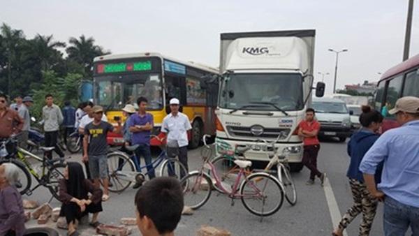 Người dân dùng gạch để ra giữa đường khiến giao thông hỗn loạn. Vụ việc nhanh chóng được giải quyết.