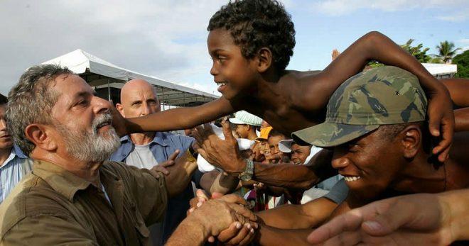 Cậu bé nghèo đánh giày viết nên câu chuyện huyền thoại của đất nước Brazil - H1