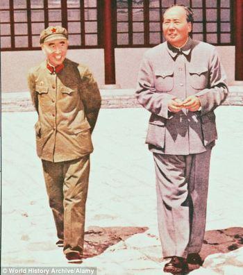 Lâm Bưu (trái), Mao Trạch Đông (phải)