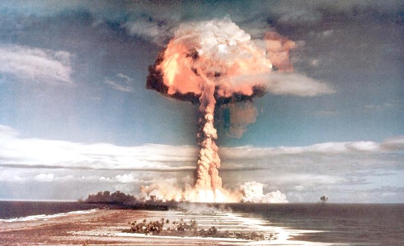 Ảnh một vụ thử nghiệm vũ khí nguyên tử vào những năm 1950. (Ảnh: Ozy.com)