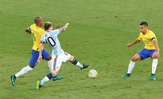 Hàng thủ Brazil dễ dàng hóa giải một Messi đơn độc.