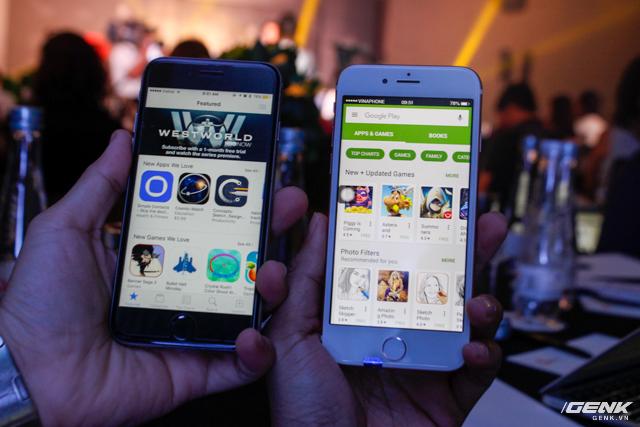 Chợ ứng dụng bị thay đổi, máy iPhone màu đen là bản thật để so sánh.