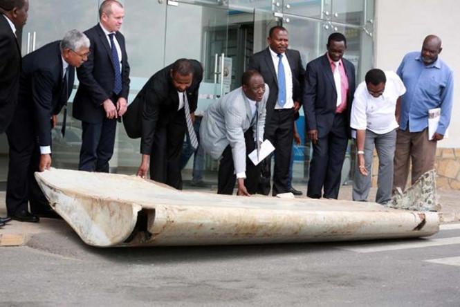 Mảnh vỡ tìm thấy ở Tanzania được xác nhận thuộc về chiếc MH370. (Ảnh: Reuters)