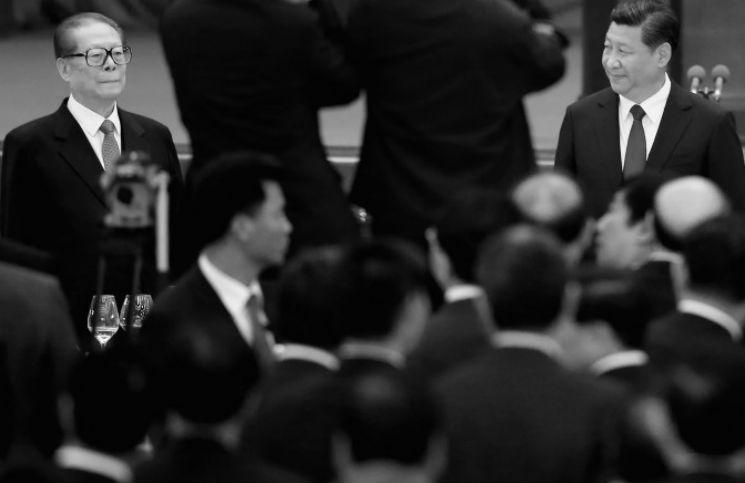 Lãnh đạo Đảng Cộng sản Tập Cận Bình và người tiền nhiệm Giang Trạch Dân (trái) tham dự cuộc họp ở Bắc Kinh vào 30/9/2014.
