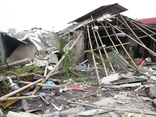 Sáng 31/10, gia đình anh Tạ Duy Anh, 46 tuổi, chủ cơ sở chế biến don xuất khẩu ở xã Thụy Hải (Thái Thụy, Thái Bình) bắt đầu thu dọn đống đổ nát. Toàn bộ nhà xưởng rộng hơn 100 m2 bị sức công phá của nồi hơi đánh sập.