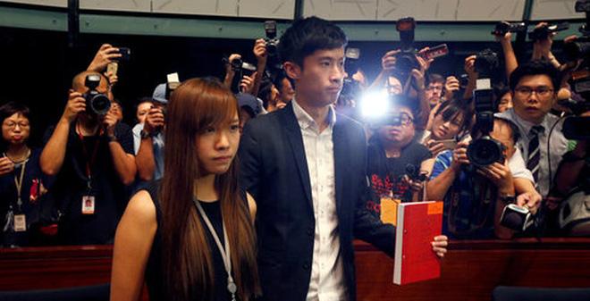 Hai nghị sĩ Yau Wai-ching (trái) và Baggio Leung (phải) tại Hội đồng lập pháp Hong Kong ngày 26/10 - Ảnh: Reuters